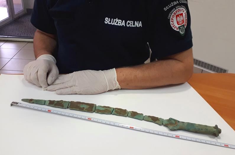 Польские таможенники пресекли контрабанду античного бронзового меча с Киева